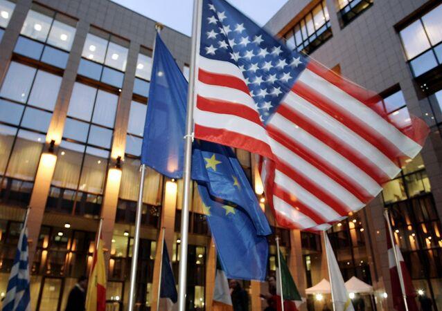 le drapeau des États-Unis et de l'Union européenne
