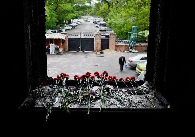 Les fleurs en mémoire des victimes du massacre d'Odessa