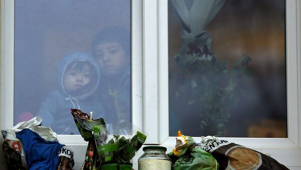 Two children look out of a window at a refugee accommodation in Chemnitz, Germany, March 20, 2016. Picture taken March 20, 2016. - Sputnik France