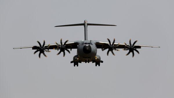 Un avion militaire Airbus A400M s'atterrit pendant un vol d'essai à l'aéroport de Séville, le 12 mai 2015 - Sputnik France