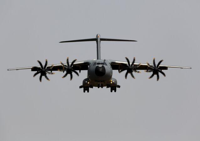 Un avion militaire Airbus A400M s'atterrit pendant un vol d'essai à l'aéroport de Séville, le 12 mai 2015