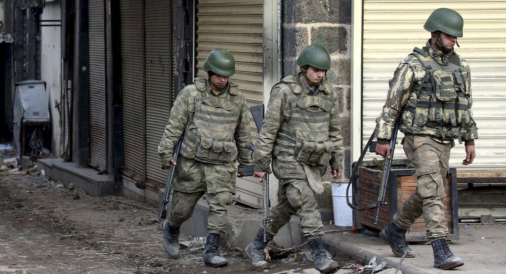 Les soldats turcs patrouillent dans le district de Sur dans la ville de Diyarbakir