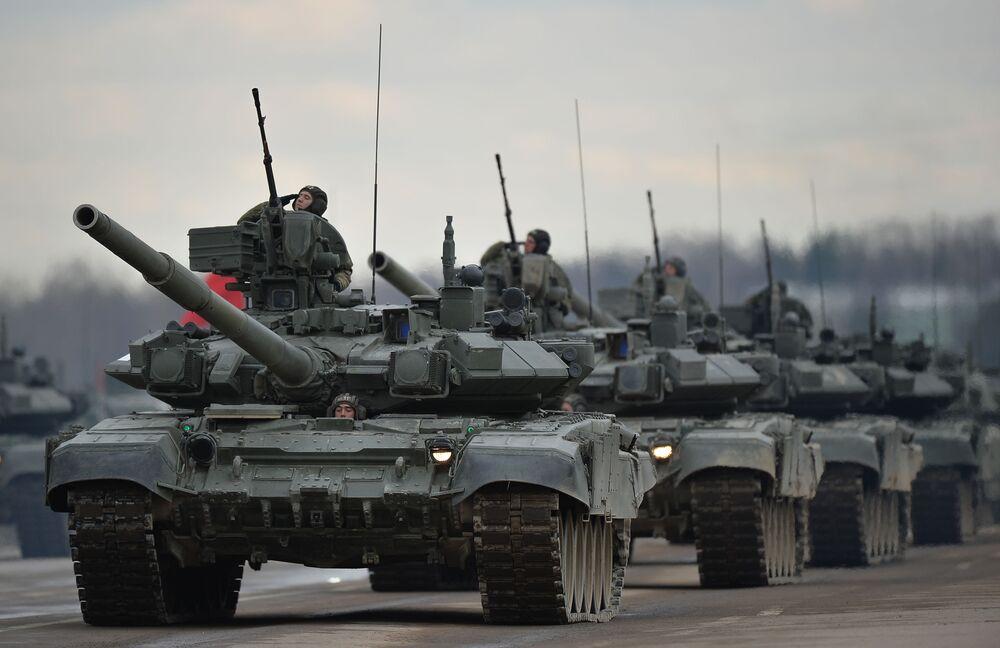 Des chars, des avions et des jeunes femmes. L'entraînement avant le parade de la Victoire