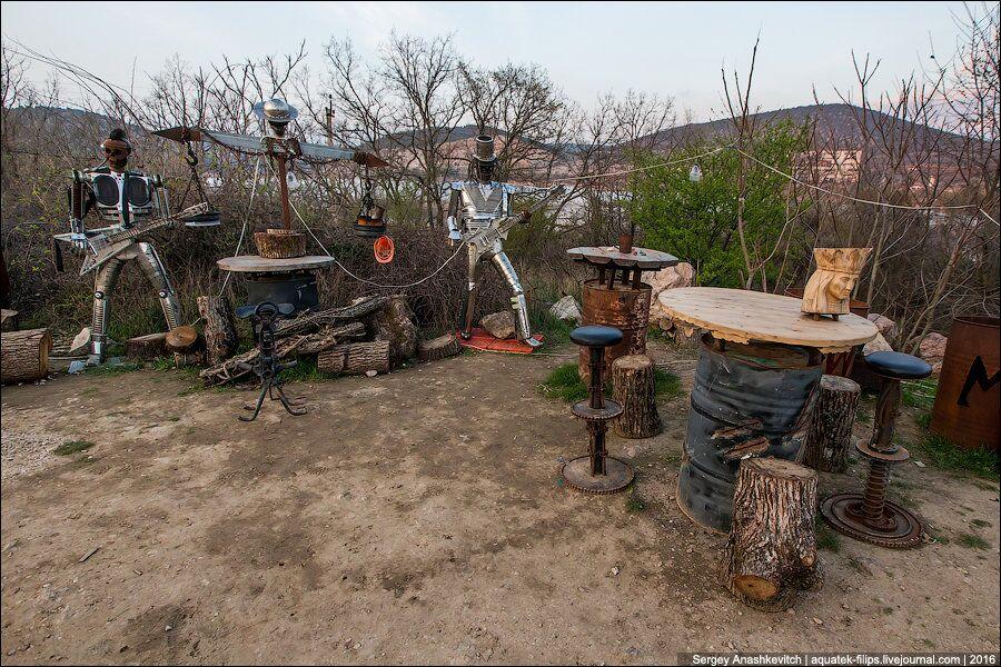 Ce camp des Loups de la nuit est doté d'un bar où on joue toujours de la musique rock.