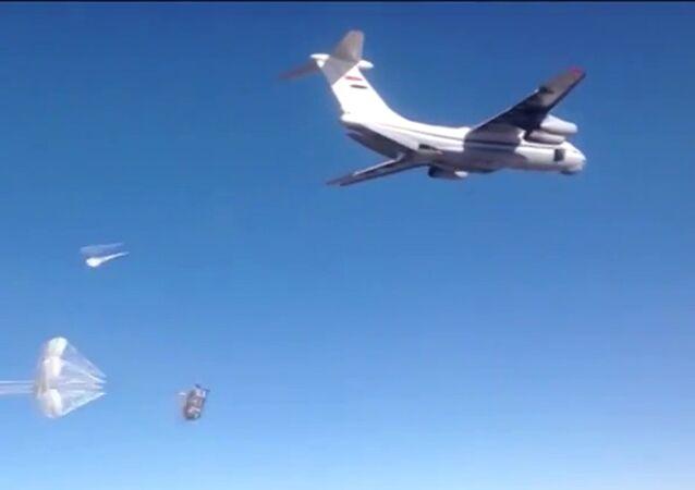 L'aide humanitaire larguée sur les plates-formes parachute russes dans la région de Deir ez-Zor, en Syrie