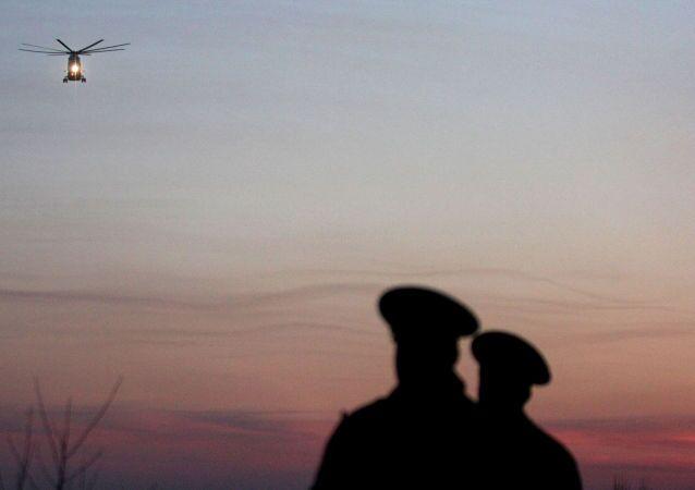Un hélicoptère transportant les victimes du crash à Smolensk