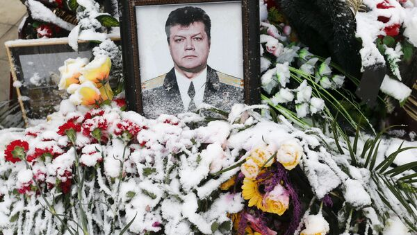 Цветы на фоне портрета погибшего летчика Олега Пешкова во время его похорон в Липецке - Sputnik France
