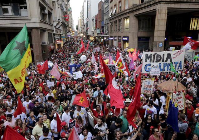 manifesatation au Brésil contre la destitution de Dilma Rousseff