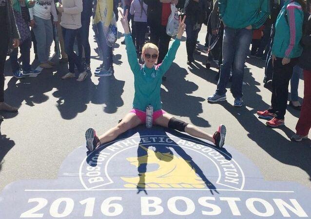 Adrianne Haslet sur la ligne d'arrivée du marathon de Boston