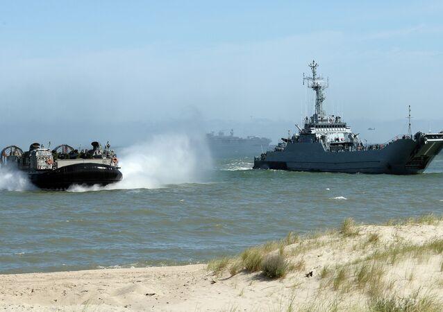 Les troupes de l'Otan débarquent de l'amphibie massif à la côte de Ustka, nord de la Pologne, au cours d'exercice BALTOPS (Opérations baltes) 2015 dans la mer Baltique