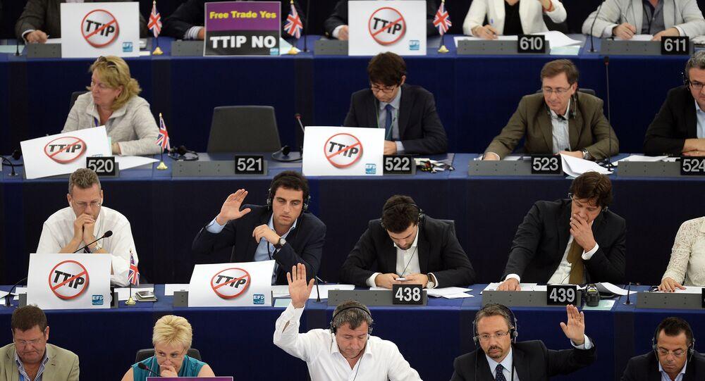 Les membres du Parlement européen avec les pancartes «Non» au commerce transatlantiques