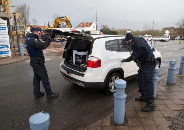La police belge contrôle une voiture à Adinkerke à la frontière avec la France.