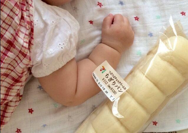 Où est le bras de bébé et où est la baguette de pain?