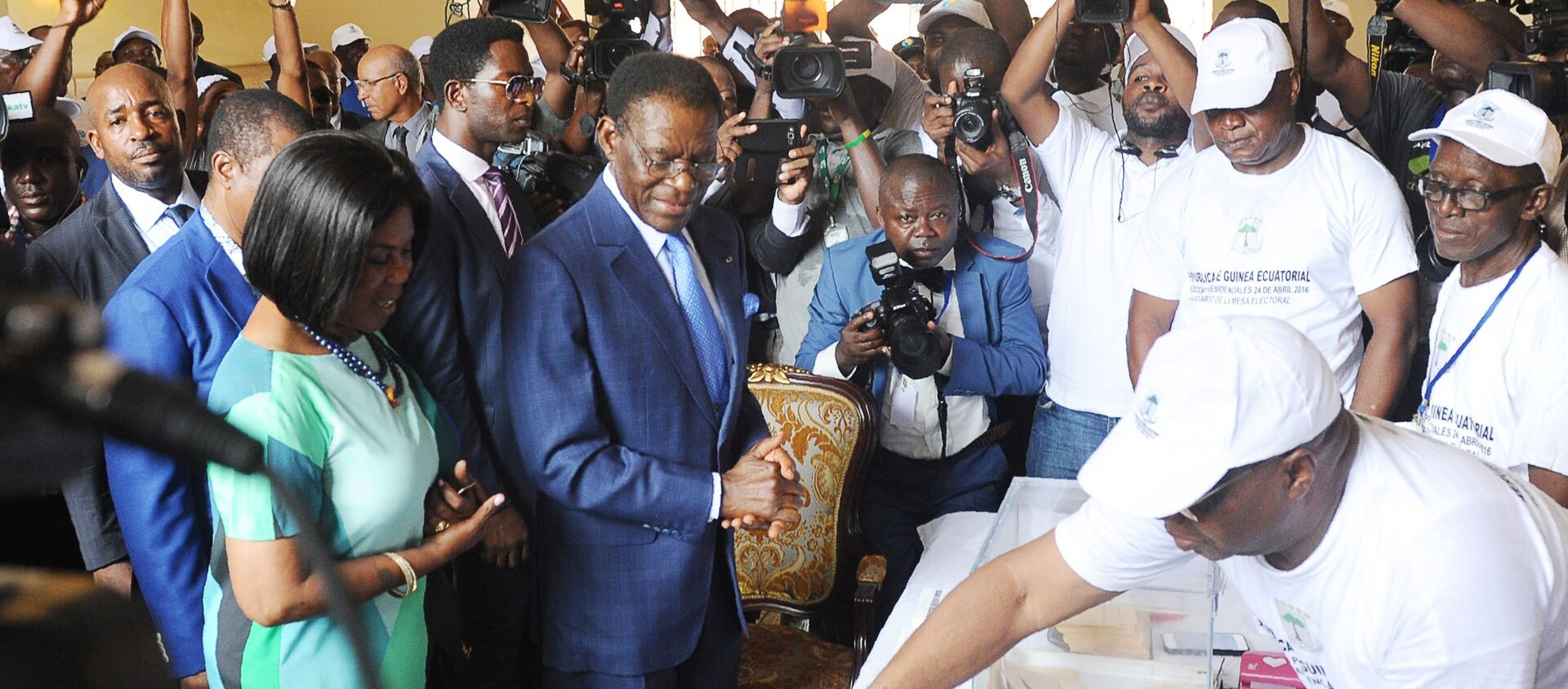 Equatorial Guinea incumbent president and candidate Teodoro Obiang Nguema (C) and his wife Constancia Mangue (L) arrive at the polling station on April 24, 2016 in Malabo during the presidential election vote. - Sputnik France, 1920, 25.04.2016