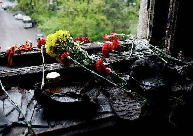 Des fleurs dans la Maison des Syndicats, théâtre de l'incendie criminel