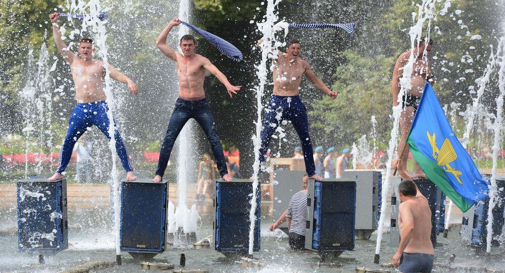 Hommes dans une fontaine