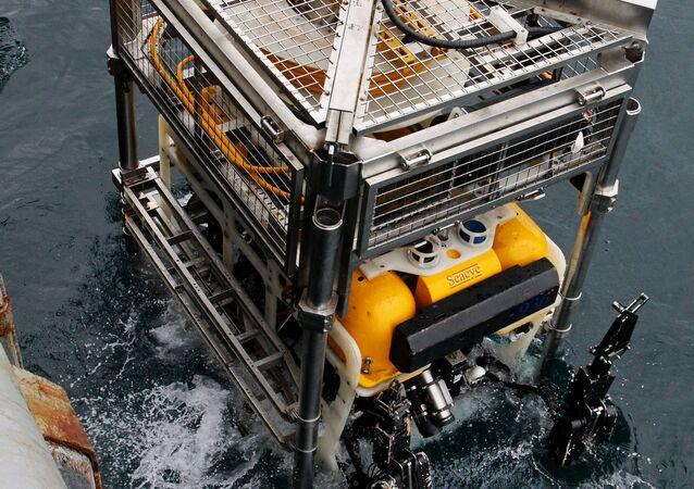 Un appareil Pantera mis à l'eau lors des exercices de sauvetage d'un sous-marin