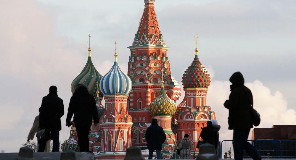 Des gens se promènent sur la place Rouge à Moscou