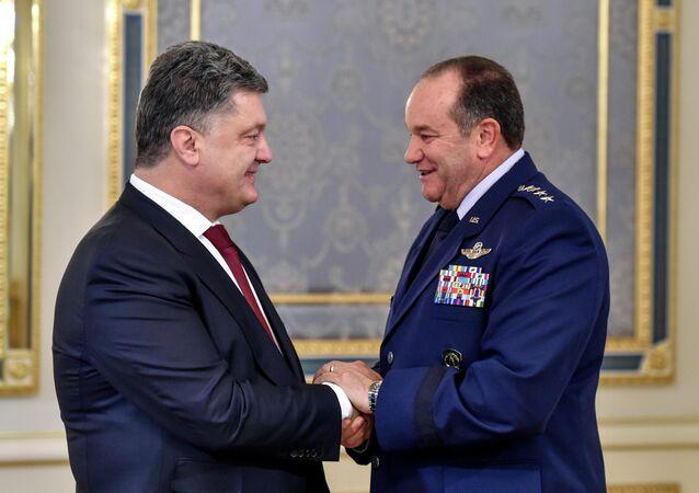 Porochenko décore le général US Breedlove d'un haut ordre ukrainien