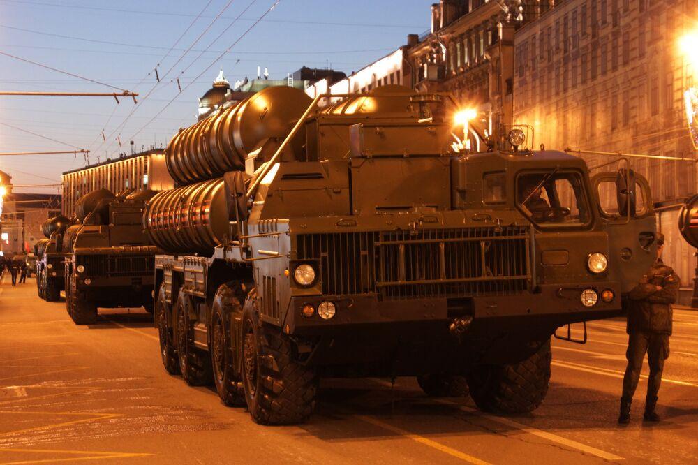 Système de missiles sol-air S-400. Répétition du défilé de la Victoire, Moscou