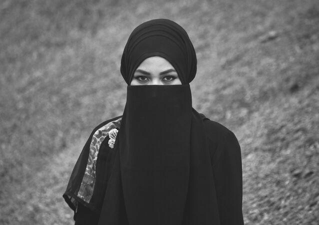 Jeune fille en niqab