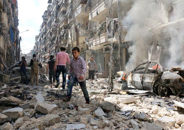 Destructions après un raid aérien dans le quartier al-Kalasa à Alep.