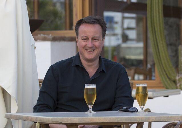 Le Premier ministre britannique David Cameron pose pour une photo lors d'un séjour en famille à Playa Blanca, Lanzarote 25 Mars, 2016