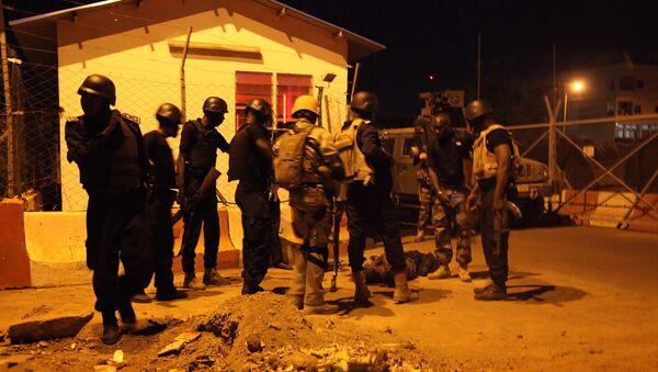 Des soldats protégeant une entrée de la mission militaire de l'Union européenne à Bamako - Sputnik France