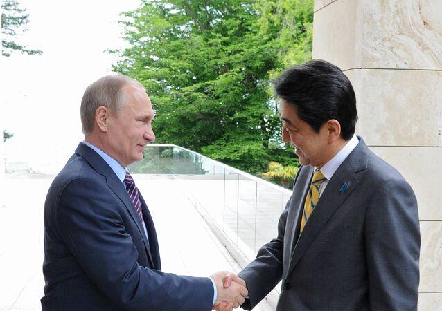 Premier ministre japonais Shinzo Abe et le président russe Vladimir Poutine