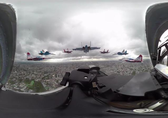 Fête de la Victoire: un Su-27 survole Moscou