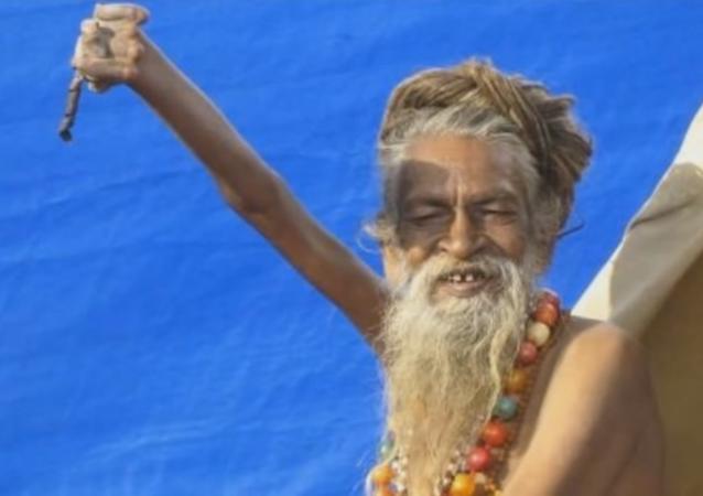Le sadhu hindou Amar Bharati tient sa main droite levée en l'air depuis 43 ans