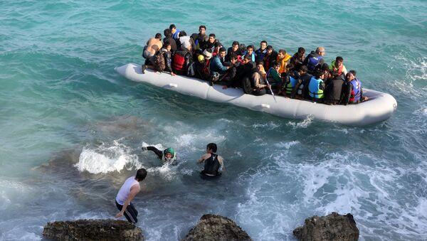 Des réfugiés tentent de gagner l'île grecque de Chios depuis la Turquie à bord d'un canot pneumatique, le 31 octobre 2015 - Sputnik France