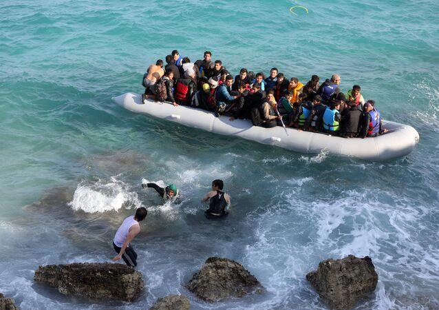 Des réfugiés tentent de gagner l'île grecque de Chios depuis la Turquie à bord d'un canot pneumatique, le 31 octobre 2015