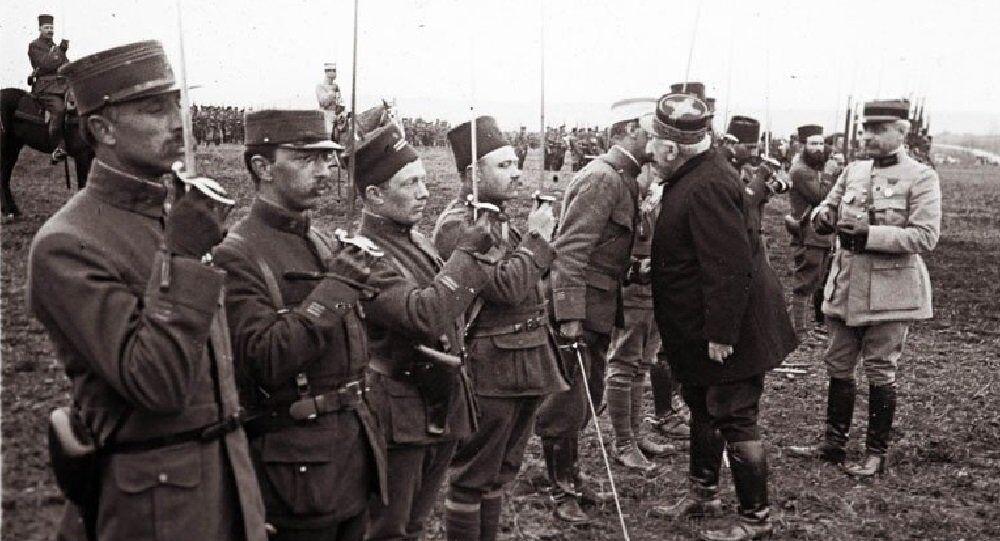 Le général Joseph Joffre remet des medailles aux soldats qui ont combattu durant la bataille de Verdun, mars 1916.