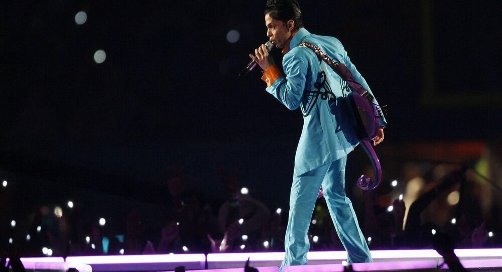 Prince donne un concert lors du spectacle de la mi-temps au Super Bowl XLI match de football au Dolphin Stadium à Miami le dimanche 4 février 2007.