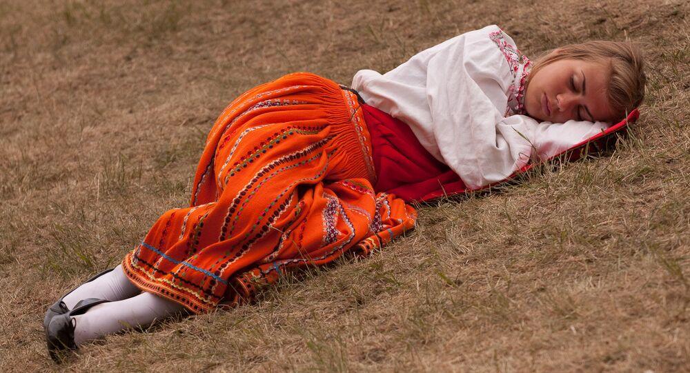 Une jeune fille dort