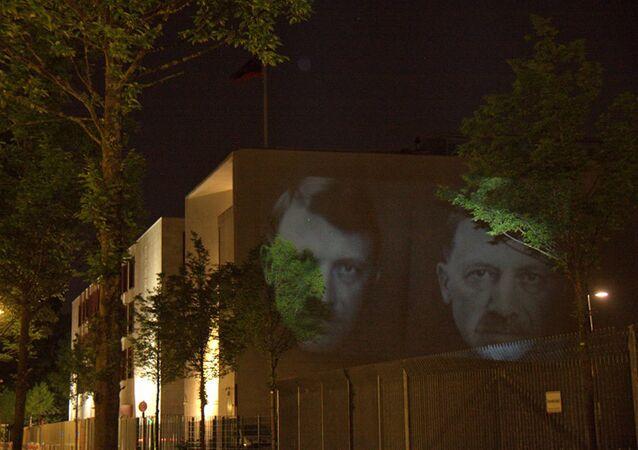 Un artiste militant proteste contre les régimes dictatoriaux