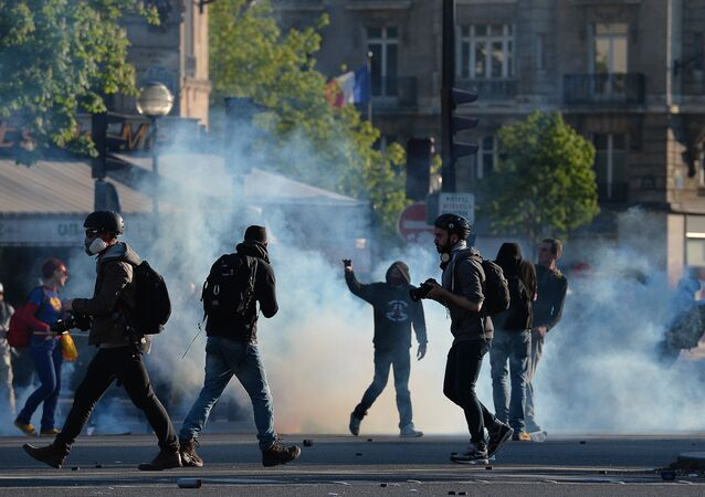 Manifestants et photographes sur la place de la Nation à Paris