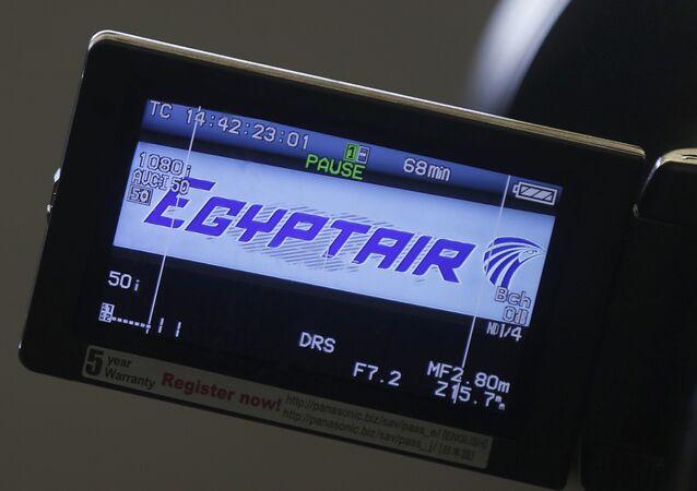 Le logo de la coompagnie est affiché sur un écran de la caméra vidéo à l'aéroport Charles de Gaulle, après que l'avion de l'Egyptair a disparu du radar au cours en plein vol de Paris au Caire, à Paris, France, 19 mai 2016