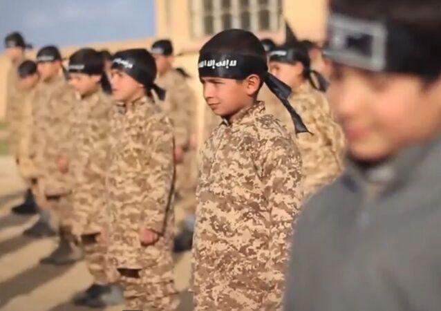 Un camp d'entraînement militaire d'enfants de l'EI