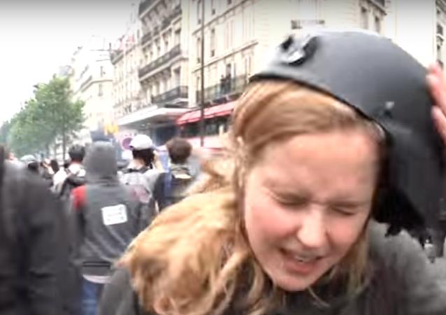 Une journaliste frappée en direct par une manifestant à Paris