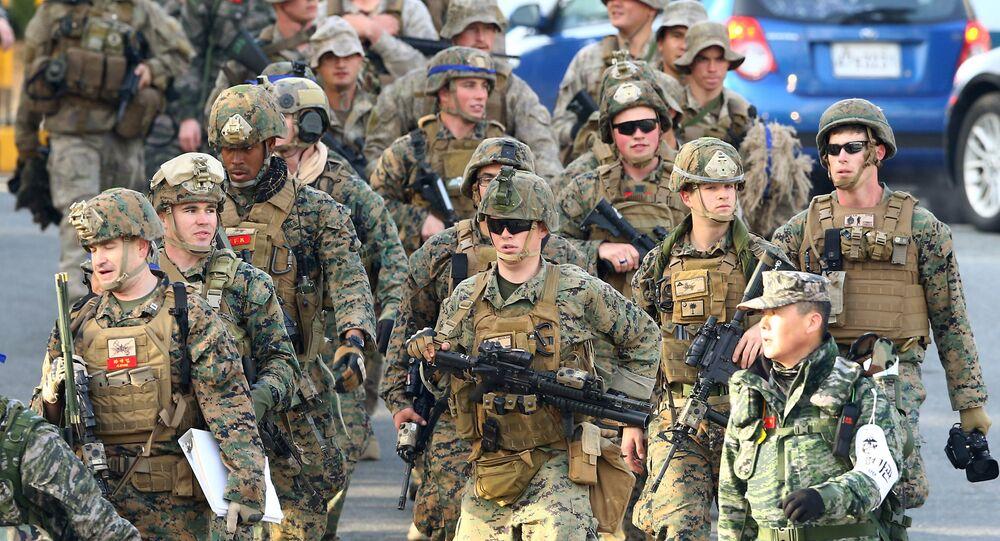 Marines américains vont à l'exercice militaire conjointe des États-Unis et la Corée du Sud dans le port sud-est de Pohang le 7 Mars 2016