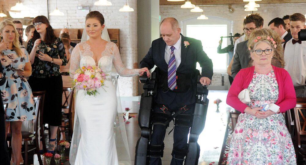 Paralysé, il mène sa fille à l'autel à l'aide d'un exosquelette