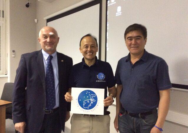 Montoya (au centre) avec des représentants de Roscosmos dans le Centre de Iouri Gagarine