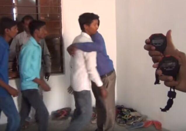 Le record du nombre d'étreintes par minute battu en Inde