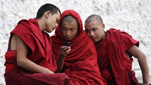 Des moines bouddhistes devant un portable - Sputnik France