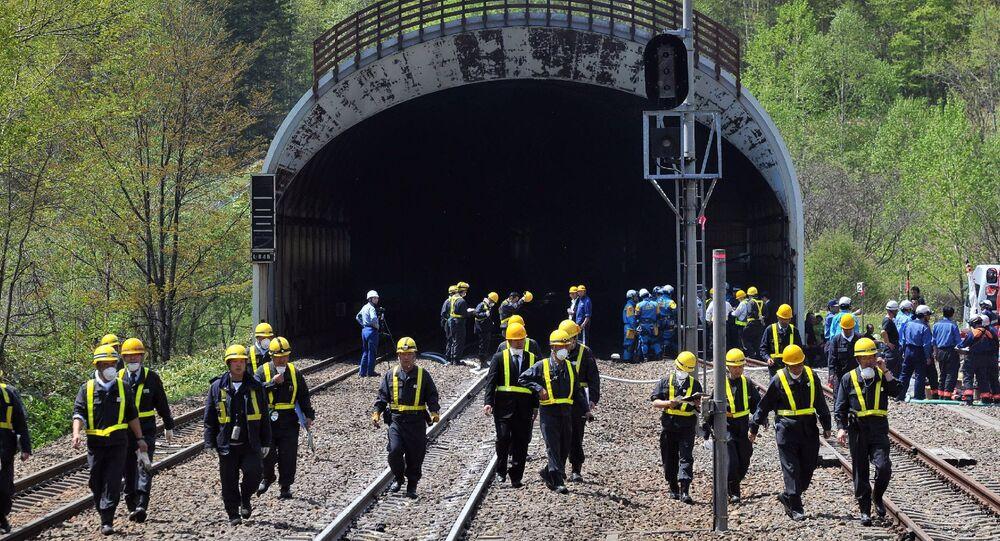 Les pompiers de JR Hokkaido inspectent le tunnel de train dans lequel un train a pris feu, dans le village de Shimukappu le 28 mai 2011