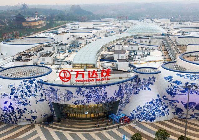 Les bâtiments de Wanda Mall dans des formes de porcelaine bleue et blanche sont vus en avance sur son ouverture officielle à Nanchang