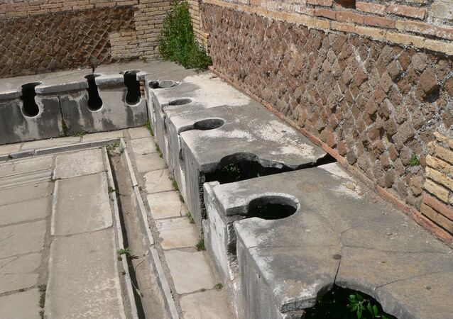 Toilettes publiques de la Rome antique, situées dans la ville portuaire d'Ostie