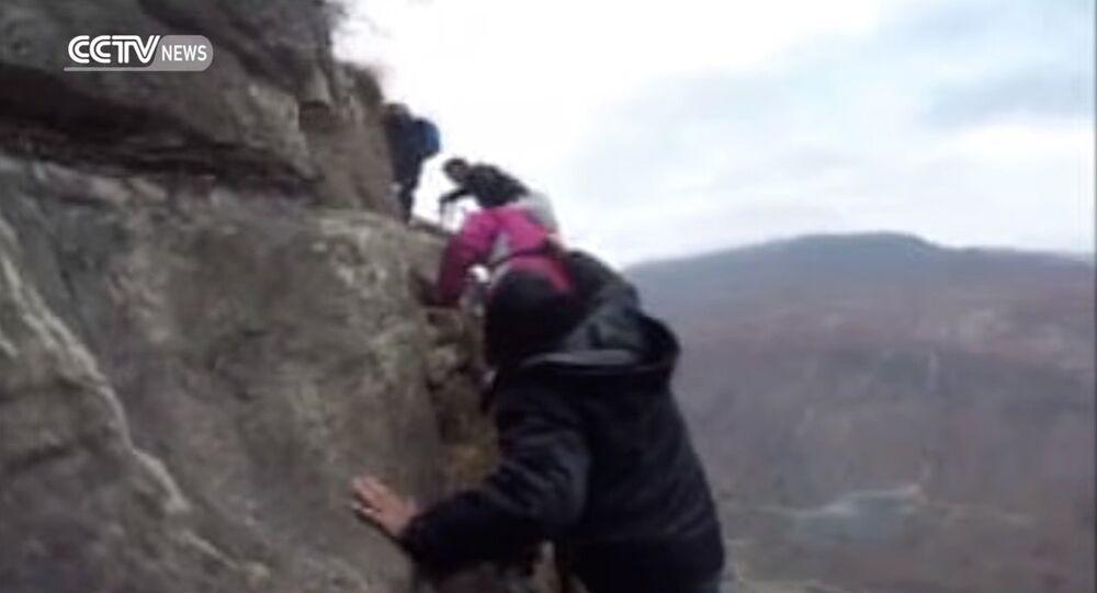 Descendre une falaise de 800 mètres pour aller à l'école